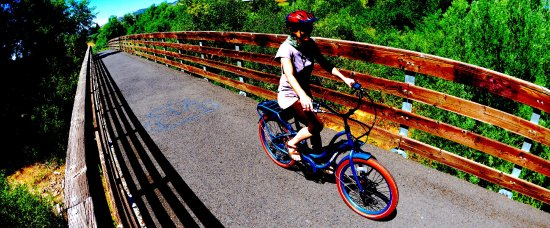 Ashland, Oregón: Ride on a guided trip and soak up the beautiful scenery on the Bear Creek Greenway and quiet tra
