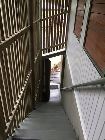 Peregian Beach, Australia: Staircase to downstairs bedroosm