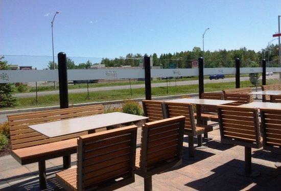 Terrebonne, Kanada: 7 juin 2017 / Terrasse extérieure