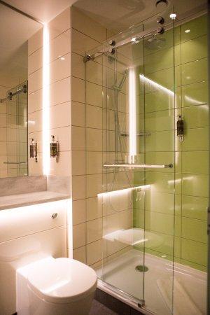en-suite bathroom - picture of hubpremier inn london king's