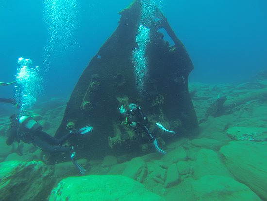 Milopotas, Grecia: Another shot of the 1960's shipwreck