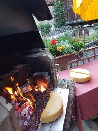 Эволен, Швейцария: Une raclette au feu de bois avec 3 fromages différents
