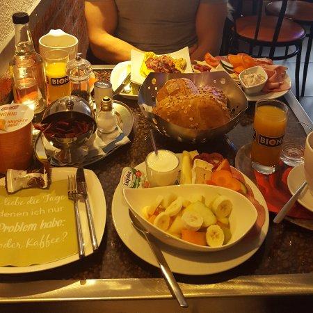 Kaufbeuren, Alemanha: Ein reichliches Frühstück für 2 =) Es passte nicht alles auf das Bild =)