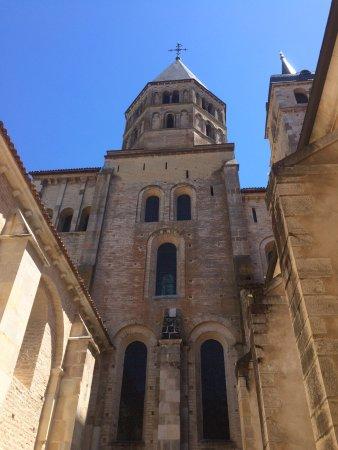Cluny, Francja: Tour de l'abbaye depuis la cour intérieure
