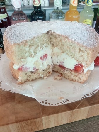 Brackley, UK: Fresh cream sponge cake