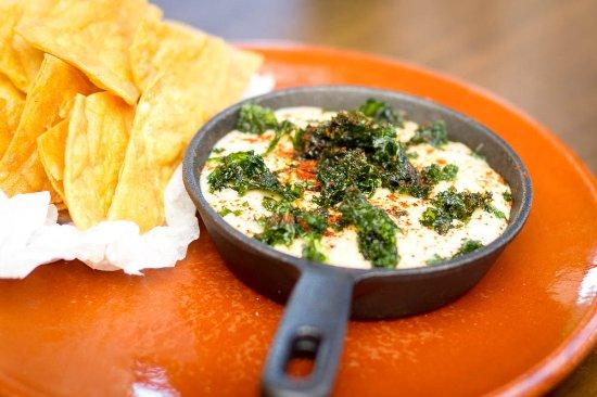 Wanganui, Nueva Zelanda: Chilli con queso  sizzling cheesy dip w smoked paprika, corn chips
