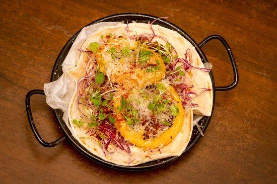 Wanganui, Nueva Zelanda: Pomegranate  Lamb w ancho crema, onion rings, parmesan cheese