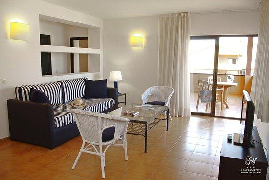 Apartaments Beach & Golf Resort: Apartamento 2 habitaciones. Zona de estar con acceso a la terraza vista mar