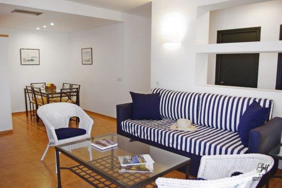 Apartaments Beach & Golf Resort: Apartamento 2 habitaciones. Zona de estar y comedor.Acceso a la terraza