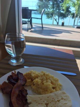 Vero di Mare: Café da manhã com ovos, bacon e queijo!