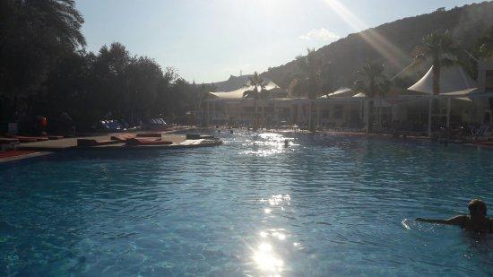 Latanya Park Resort: бассейн вечером