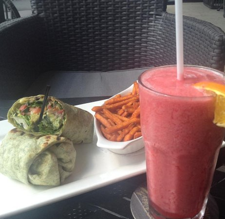 Aurora, Canadá: Chicken Wrap and a Fresh Fruit Smoothie