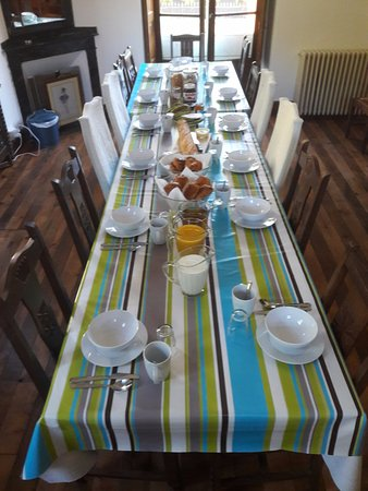Bagneres-de-Luchon, France: Our Dining Room ready for Breakfast.
