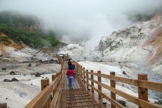 Noboribetsu, Japan: Walk along this platform to take a closer look at the valley