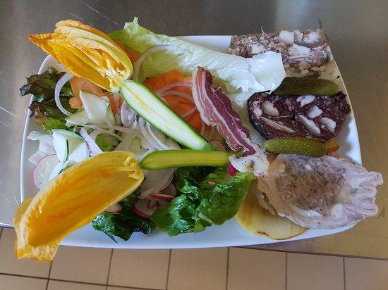 Alzonne, Frankrig: Premières cueillette de l'été. Claude ramasse ces légumes avant de passer en cuisine