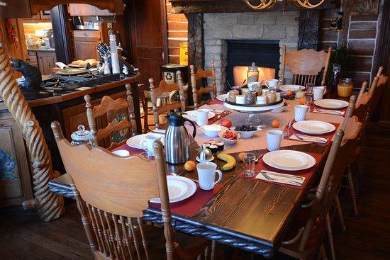 Saint-Fulgence, Canada: Salle à manger avec foyer.