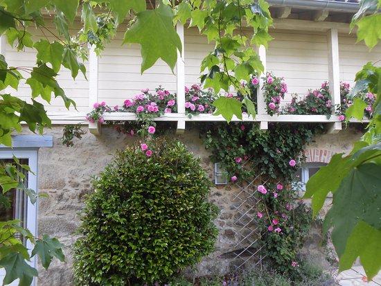 Boisset, France : Le Sécadou - la suite privée -  dans son écrin fleuri
