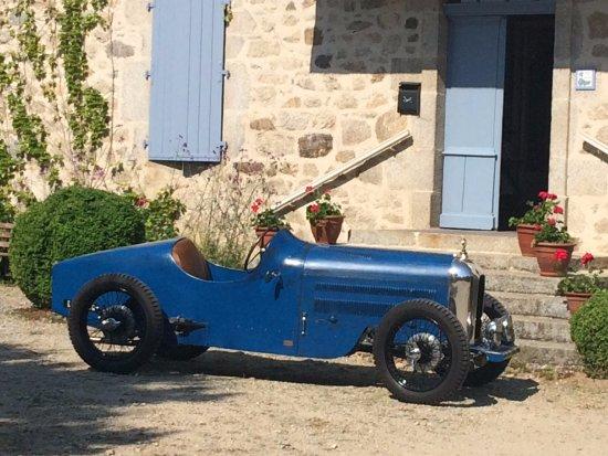 Boisset, France : la rencontre du passé - Amilcar 1931 - et du Présent à Concasty