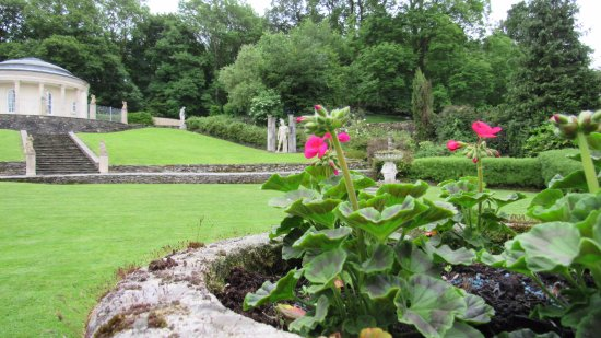 Newby Bridge, UK: gardens behind hotel
