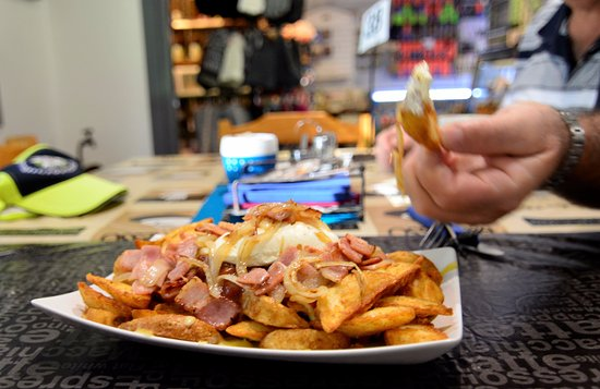 Queen Mary Falls Caravan Park & Cabins: Naughty Fries