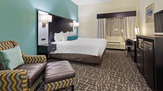 """Атлантик-Бич, Флорида: View of standard king room with 43"""" HDTV, Microfridge and Microwave."""