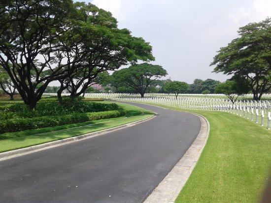 Manila American Cemetery and Memorial: walkway