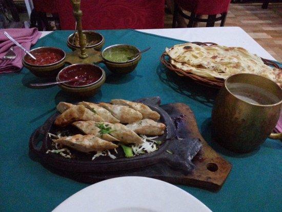 Omar's Tandoori cafe : рулетики из курицы, слоеная лепешка и то самое ледяное пивко)