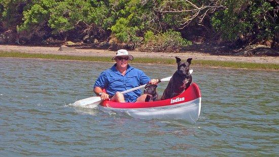 Kob Inn Beach Resort: canoes on the river