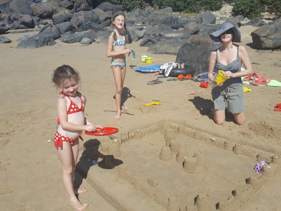 Willowvale, África do Sul: sandcastle building on beach