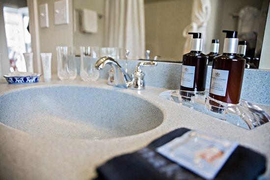 Harborage Inn on the Oceanfront : Spacious Modern Bathrooms
