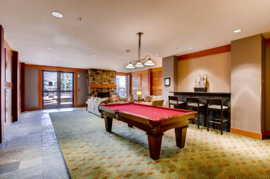 Snowmass Village, CO: Capitol Peak has a nice area for families to hang out with a pool table, plenty of seating.