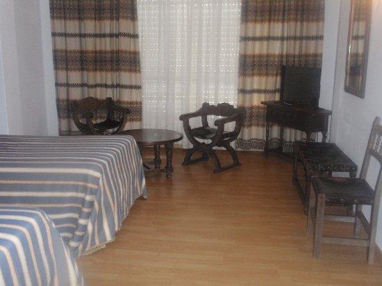 Pontedeume, España: Vista de la habitación, amplia y limpia.