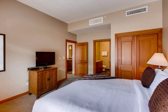 Snowmass Village, CO : Master bedroom with upgraded bedding