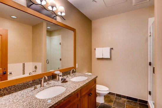 Snowmass Village, Kolorado: Master bath with separate tub and shower