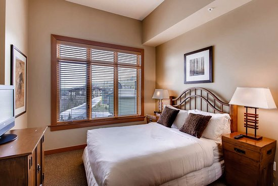 Capitol Peak Lodge: Guest bedroom with queen bed