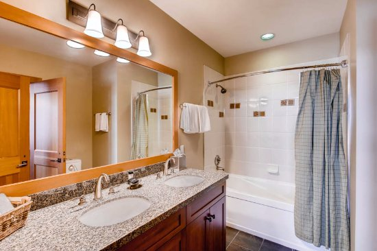 Snowmass Village, CO: Guest bathroom with shower tub combo and granite counters
