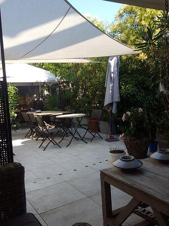 Cogolin, France: terrazzino per la colazione