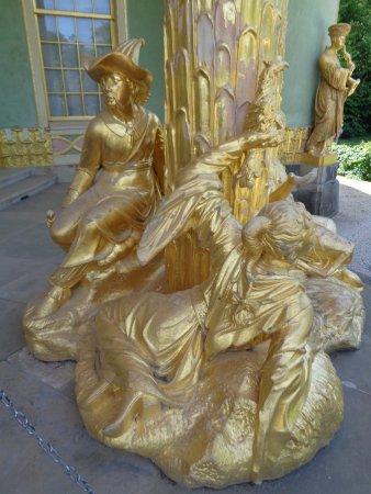 Chinesisches Haus (Chinese House) : Blad gouden beelden bij de ingang van het Chinese huis.