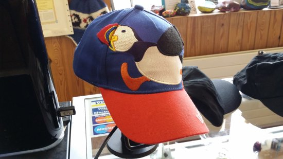 Vestmannaeyjar, Islandia: The small souvenir shop has many items with the Puffin emblem