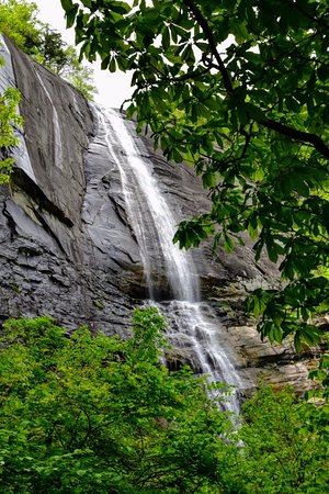Chimney Rock, นอร์ทแคโรไลนา: This is the view from the base of Hickory Nut Falls