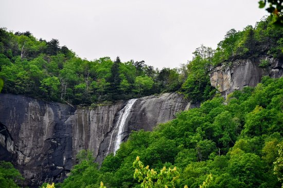 Chimney Rock, นอร์ทแคโรไลนา: This is the view from the road leading into town of Hickory Nut Falls