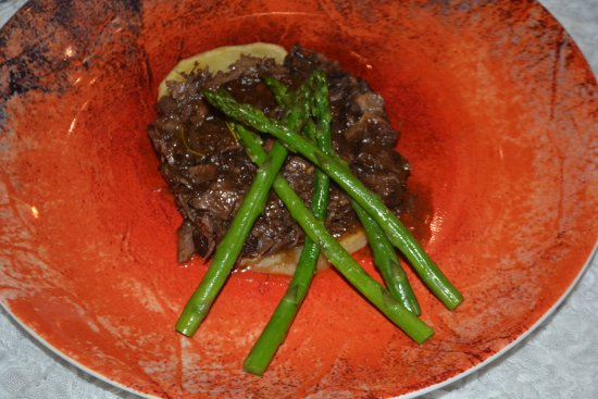 Alcala del Valle, Hiszpania: Beautifully plated and well prepared meals - oxtail stew with asparagus.