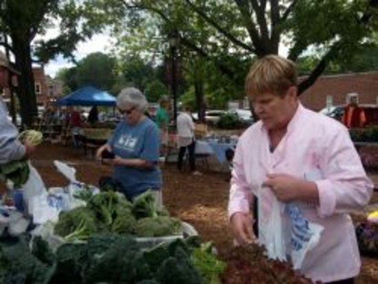 Statesville, Carolina del Nord: Sheryl selects fresh vegetables from the local farmer's market for our menu items.