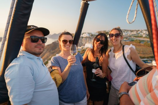 Karterádhos, Hellas: Wine tasting on the hot air balloon in Santorini!