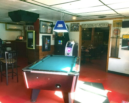 Youngstown, NY: Bandanas front room with pool table and peek into dining area