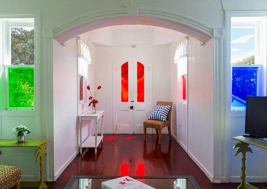 Windwardside, Saba: Floral Cottage Hallway