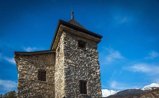 Uvrier, Switzerland: Le Castel sous le ciel azure du Valais