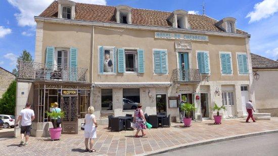 Le Chevreuil : Vue du restaurant depuis la place