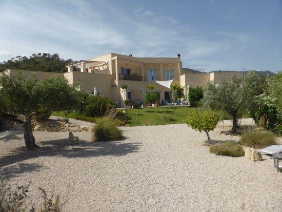 Jijona, Spania: Aspecto del hotel desde la piscina.