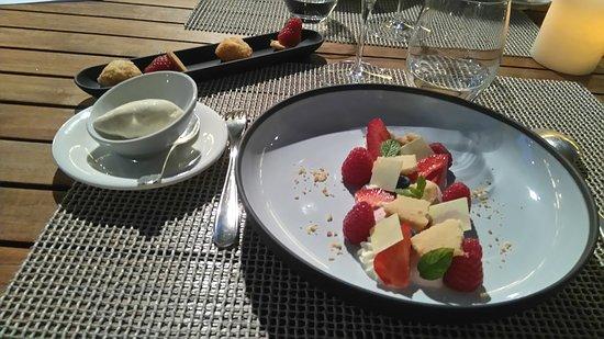 Pont de l'Isère, France : fraises et framboises couvertes d'éclats de chocolat blanc accompagnées de glace à la vanille